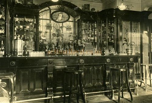 Postcard of the Argyle Pub circa 1939. The pub was part of the Argyle theatre building and remained standing and open for business after the Theatre's Auditorium took a direct hit in 1942. In the 1980's The Argyle pub was condemned as 'unsafe' and in danger of collapse and was subsequently demolished - Courtesy Geoff Unwin.