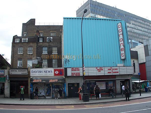 The Coronet Theatre, formerly the Elephant & Castle Theatre, clad in sheet metal and looking rather sorry for itself, in July 2008 - Photo M.L.