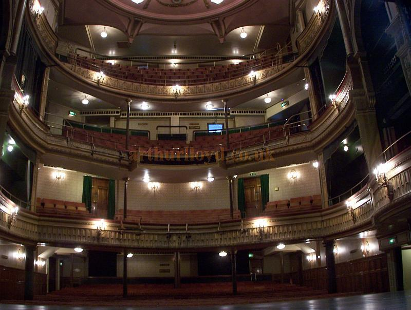The auditorium of the Harold Pinter Theatre in September 2009 - Photo M.L.