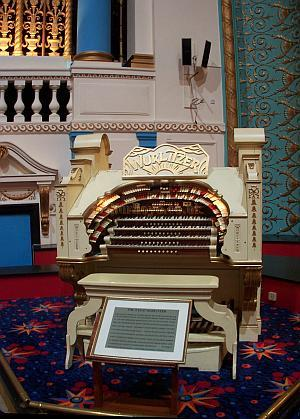 The Wurlitzer Organ Console of the Gaumont State, Kilburn in April 2009 - Photo M. L.