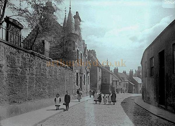 Kirk Wynd with the Hunter Hall on right in the 1890s - Courtesy George Proudfoot.