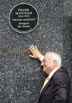 Roy Hudd unveils a plaque dedicated to Frank Matcham at the former London Hippodrome on November the 22nd 2014 - Courtesy Adam Harrison.