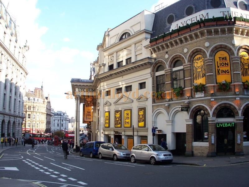 Photograph of The Lyceum Theatre, looking down Wellington Street towards the Strand in 2005 - Photo M.L.