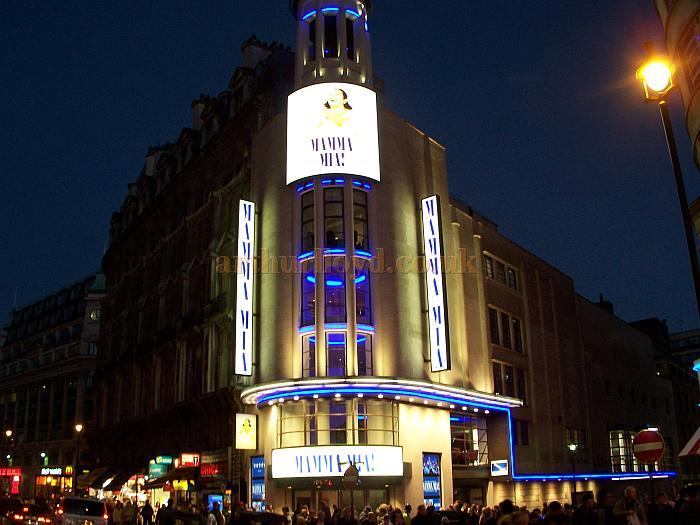 The exterior of the Prince of Wales Theatre, after its refurbishment in 2005 - Photo M.L.