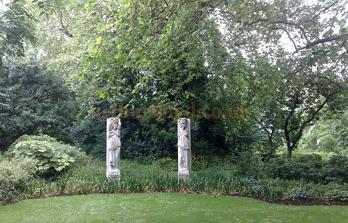 The Rotherhithe Town Hall Caryatides in Southwark Park - Photo M. L. 2012