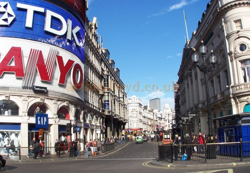 Shaftesbury Avenue in 2007 - Photo M. L. 07